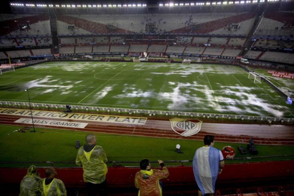 """El duelo, que se jugaría el jueves, se suspendió debido a la intensa lluvia que inundó el """"Monumental"""" de Buenos Aires y dejó la cancha en muy malas condiciones. Foto:AP"""