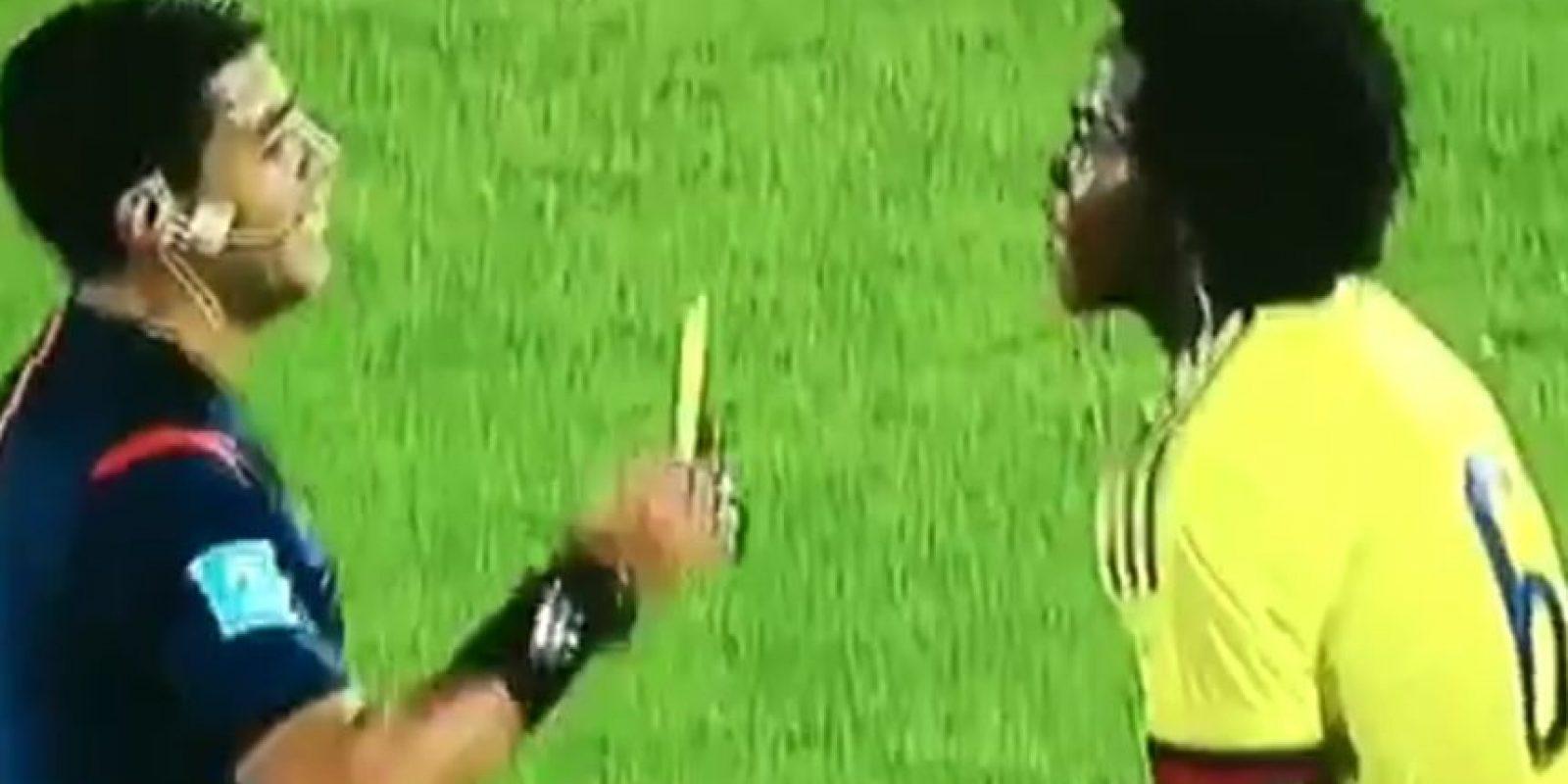 FAIL: Así fue la chistosa caída del árbitro del Chile-Colombia Foto:Twitter