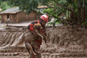 Rescatista salva a perra del derrumbe de lodo en Brasil. Foto:AFP