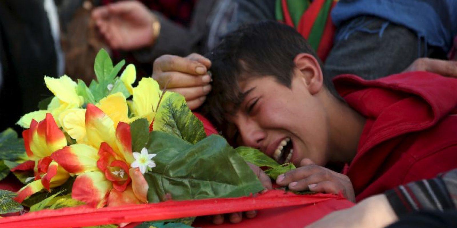 Un niño llora sobre el ataúd de un combatiente de las Unidades de Protección del Pueblo Kurdo, quien murió en la lucha contra ISIS. Foto:AFP