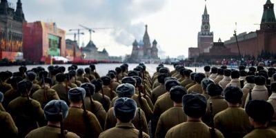 Soldados rusos vestidos con uniformes de la Segunda Guerra Mundial durante desfile militar. Foto:AFP