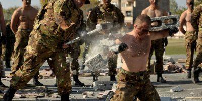 Un militar armenio rompe bloques usando un martillo durante la celebración del 23 aniversario de la formación de las tropas de reconocimiento de las Fuerzas Armadas. Foto:AFP