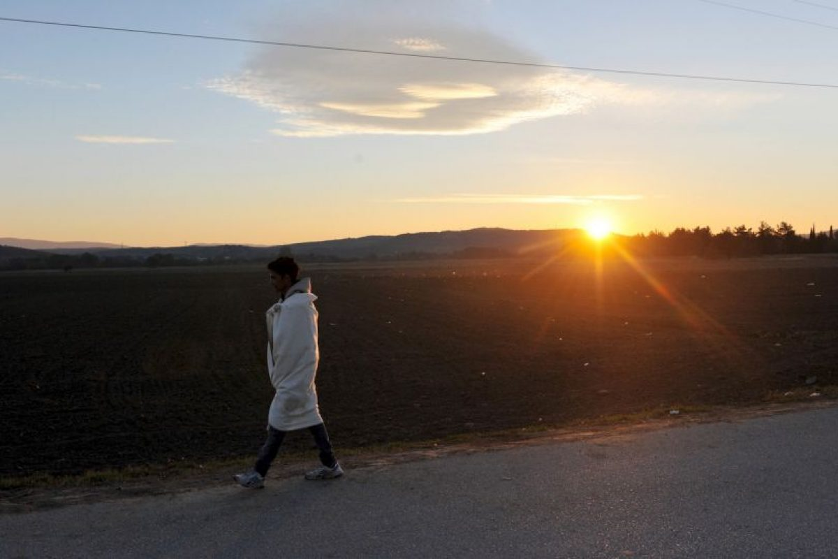 Migrante camina en la frontera de Grecia y Macedonia. Foto:AFP