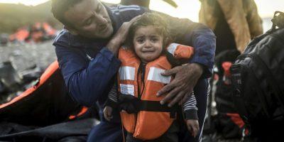 Doctor examina a una niña migrante que en la isla griega Lesbos. Foto:AFP