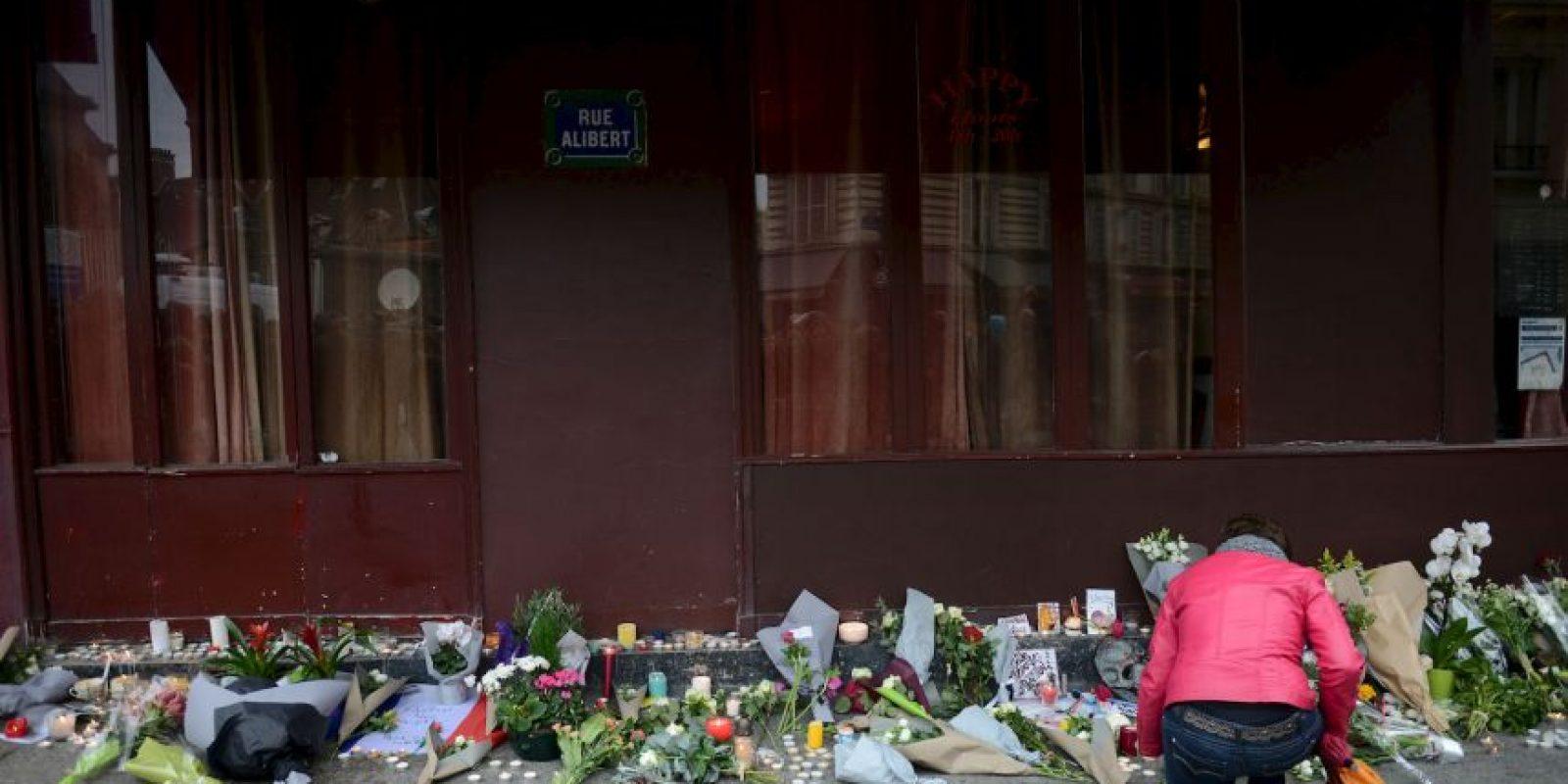 Le Carrillon, uno de los lugares atacados, se llenó de veladoras y flores. Foto:Getty Images