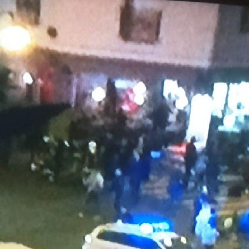 Llegan terroristas con rifles Kalashknikov y disparan. Toman rehenes. Foto:vía Twitter