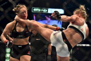 Y esta impresionante patada fue la que provocó la caída de la estrella de las artes marciales mixtas. Foto:AFP