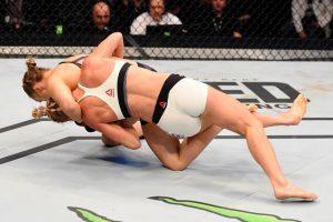 La hasta ayer, campeona invicta de la UFC, perdió su título al caer noqueada en el segundo round de una pelea donde nunca se encontró. Foto:Getty Images