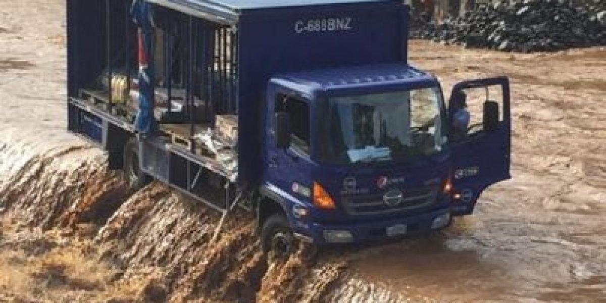 Camión atrapado por la corriente de un río en Izabal