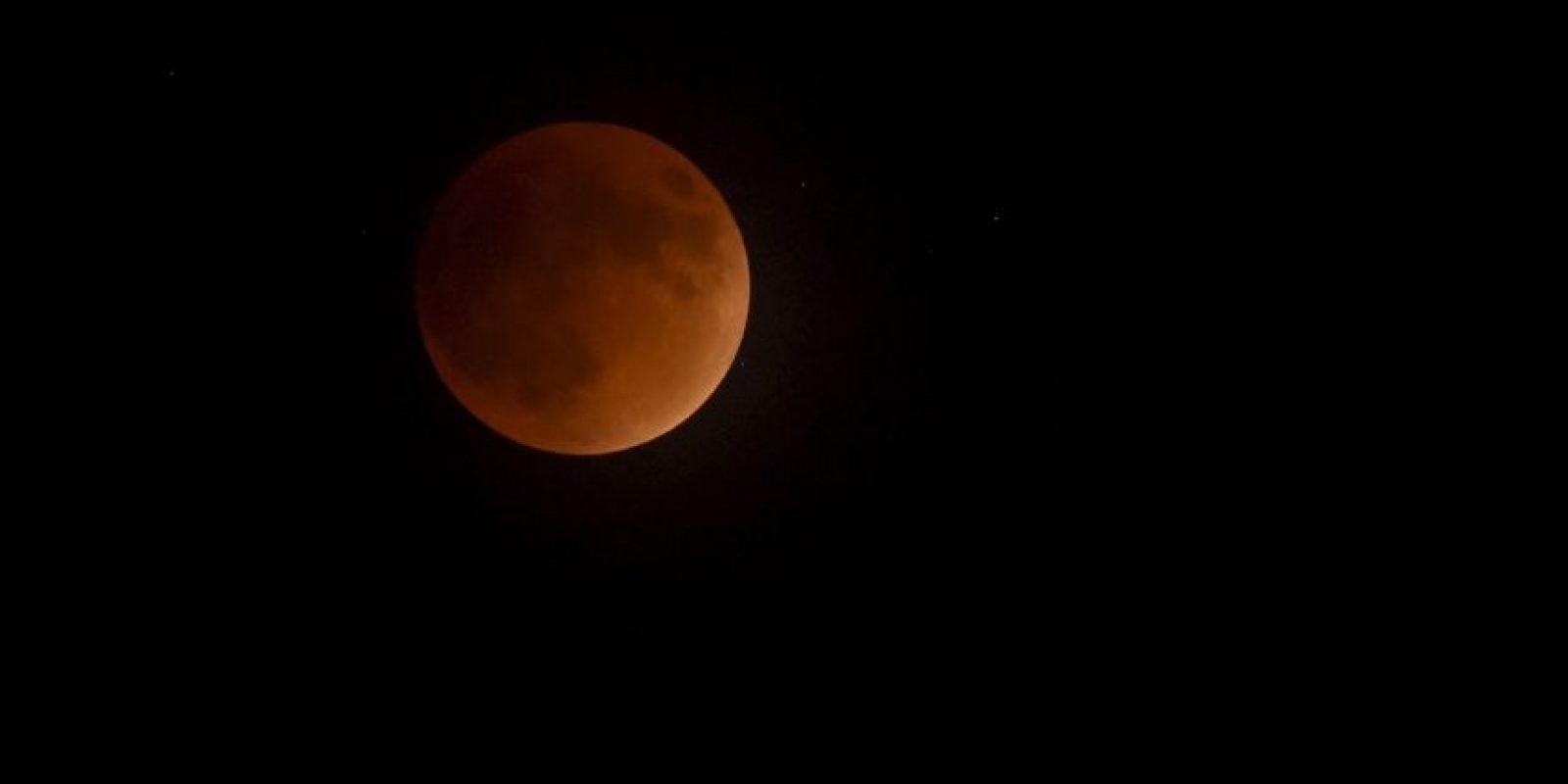 Este fenómeno astronómico ocurre cuando el sol, la tierra y la luna alinean sus trayectorias, y nuestro planeta queda en medio de los otros dos cuerpos celestes. Foto:Getty Images