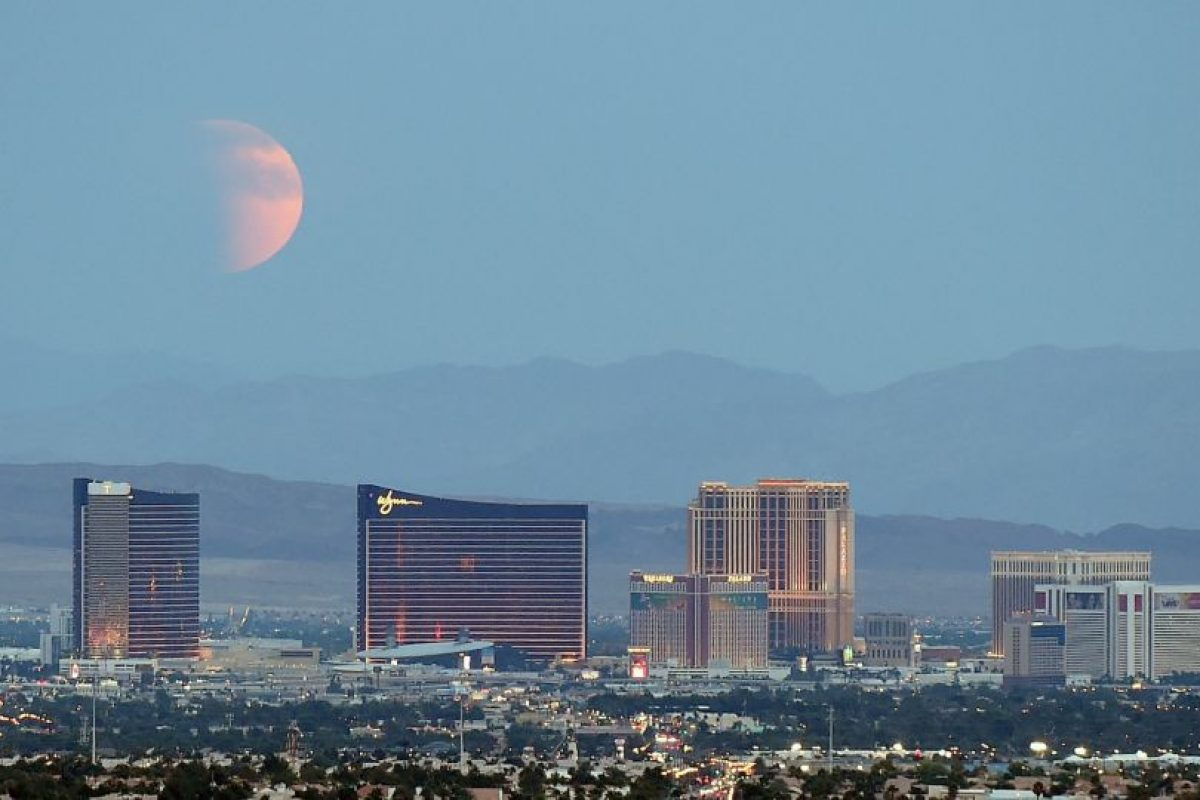 Esto provoca que la luna no reciba la luz solar, pero sí la sombra de la tierra, que no es negra, sino roja. Foto:Getty Images