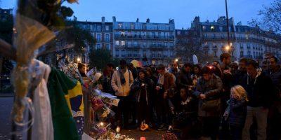 Sin embargo, los habitantes y turistas de París se resisten a entregarse al miedo y este sábado, mucha gente salió a las calles de la ciudad aunque las tiendas y monumentos históricos se mantuvieron cerrados. Foto:Getty Images