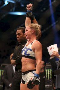 """La excampeona mundial de boxeo conectó varias veces a """"Rowdy"""" y con sus movimientos, evitó que ser golpeada. Foto:Getty Images"""