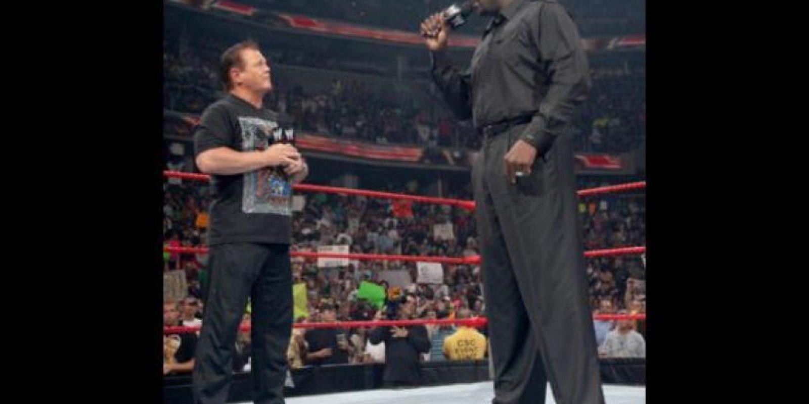 """""""Shaq"""" no se dejó intimidar y golpeó a Big Show en sus partes bajas, mandándolo fuera del ring. Foto:WWE"""