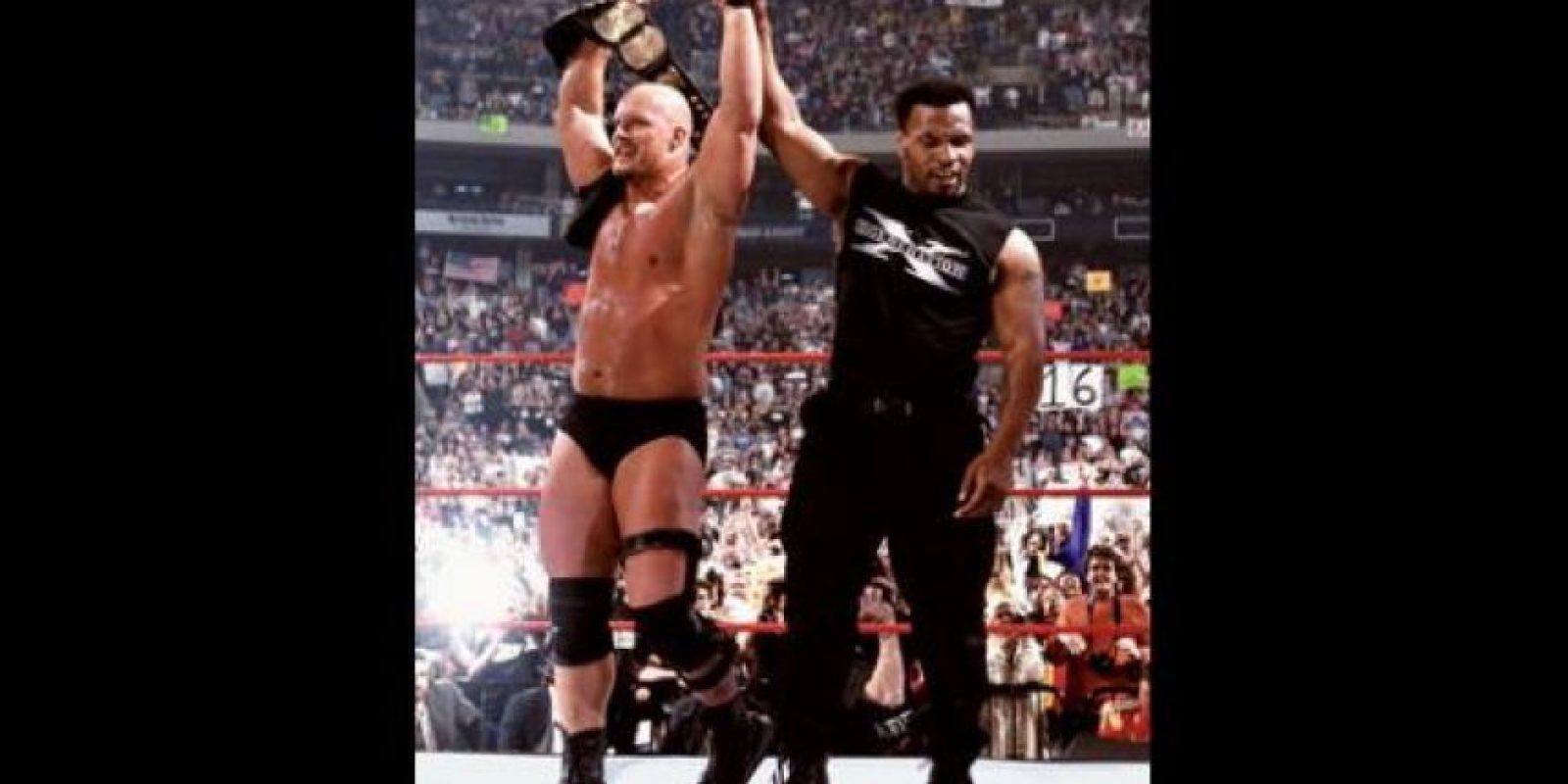 """Sus apariciones en la WWE comenzaron cuando lo suspendieron del box por haber mordido en la oreja de Evan Holyfield en 1997. En 1999, """"Iron Mike"""" fue árbitro en la pelea entre Shawn Michaels y """"Stone Cold"""" Steve Austin de WrestleMania XIV. Foto:WWE"""