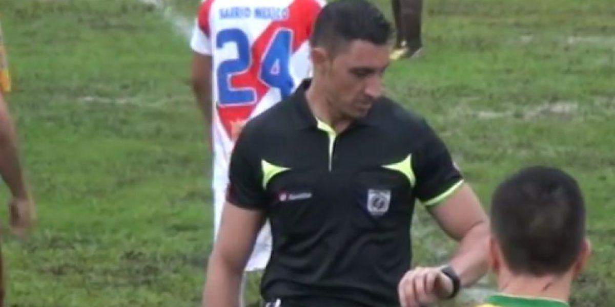 Inédito: Árbitro expulsa a narrador en pleno partido de fútbol