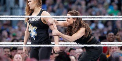 Juntos, terminaron con la pareja de la WWE y Ronda tuvo su primer acercamiento con la compañía que desea tenerla entre sus filas. Foto:WWE