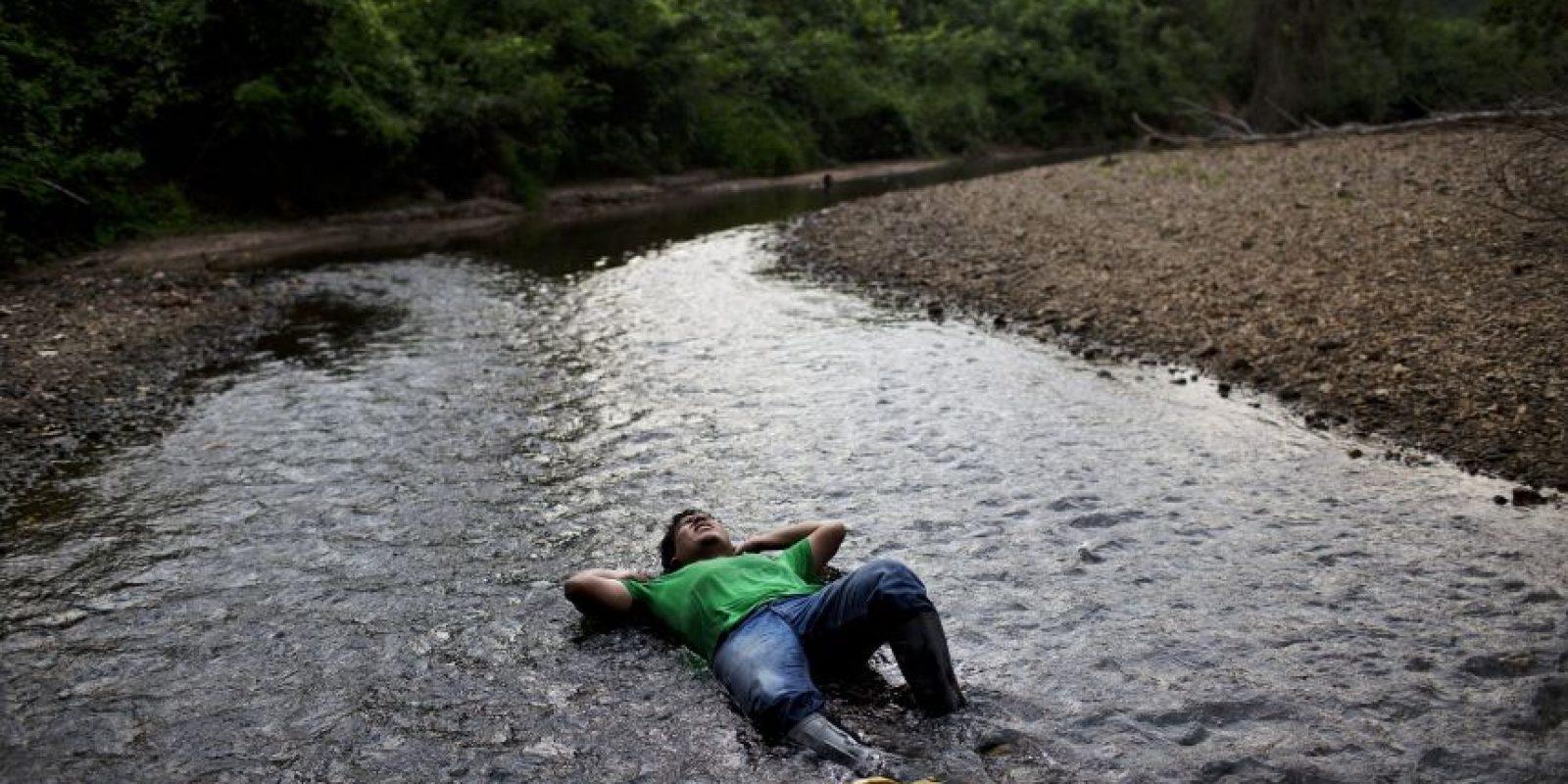 En esta imagen, tomada el 29 de octubre de 2015, Daniel Osoriaga, un operario municipal que promueve cultivos alternativos a agricultores de coca, descansa en una zona poco profunda del río Lorencillo durante un viaje de cuatro horas en barco y a pie desde Nueva Esperanza a Lorencillo, en la Amazonía peruana. Según el gobierno de Perú, las familias obtuvieron apoyo financiero o ayuda con cultivos alternativos el año pasado, cuando sus cultivos fuero destrozados. Pero muchos la rechazaron. Foto:AP Photo/ Rodrigo Abd