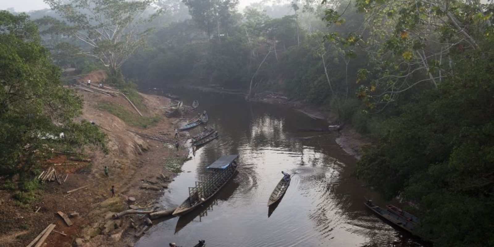 En esta imagen del 27 de octubre de 2015, un hombre navega en su bote por el río Lorencillo en la municipalidad de Ciudad Constitución en la Amazonia peruana. Los agricultores de la zona han perdido su medio de vida en la campaña del gobierno para destruir los cultivos de la planta con la que se fabrica la cocaína. Foto:AP Photo/ Rodrigo Abd