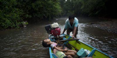 En esta imagen del 29 de octubre de 2015, Anais y su hermano George descansan en un día cálido durante un recorrido de cuatro horas, mientras su padre Mario Maduero empuja el bote por una zona poco profunda del río Lorencillo, en su viaje de Nueva Esperanza a Lorencillo, en la Amazonia peruana. La temporada seca de Perú hace del viaje por río algo largo y agotador. Para muchos residentes de la Amazonia, los ríos son la única forma de llegar a otras comunidades en las que puedan ir al médico o comprar suministros. Foto:AP Photo/ Rodrigo Abd