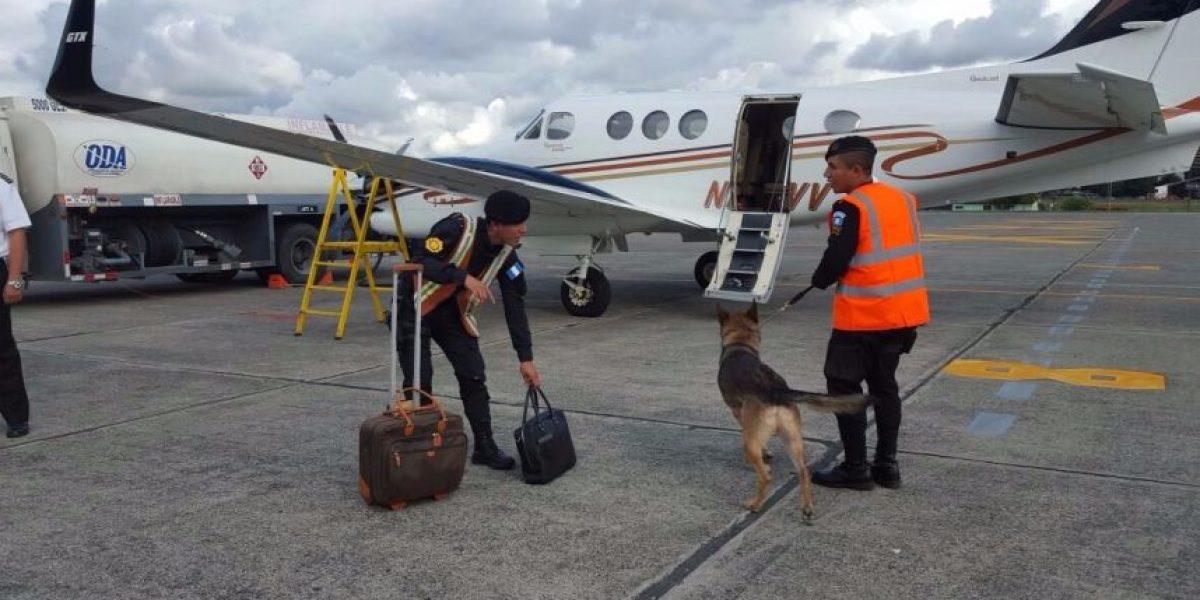 Fotos. Policía inspecciona los vuelos privados con la ayuda de una nariz potente