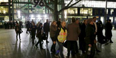 Los fanáticos fueron desplazados a la calle Foto:AP