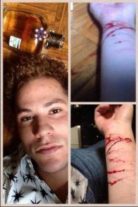 """""""Solo quiero decir a la gente de doble moral… no más"""", escribió junto a las imágenes de sus muñecas cortadas. Foto:Twitter"""