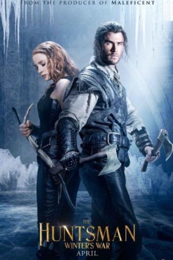 """""""Freya"""" posee la habilidad de congelar a cualquier enemigo y es así como la joven """"Reina del Hielo"""" ha pasado décadas en un remoto palacio invernal, forjando a una legión de guerreros cazadores, entre los que se encuentran """"Eric"""" ( Chris Hemsworth) y la guerrera """"Sara"""" (Jessica Chastain), con un objetivo claro: endurecer su corazón al amor. Foto:Universal Pictures"""