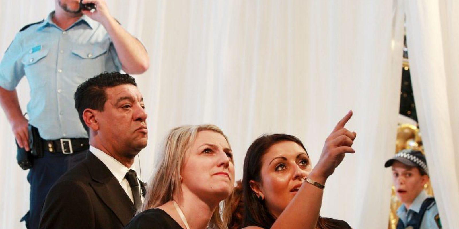 Los huevos cayeron sobre el escenario y no ensuciaron a Kylie y Kendall. Foto:Getty Images
