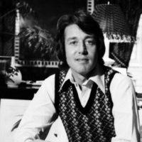 Hasta que en los años 80 fue decayendo como diseñador. Lo sacaron de sus propias oficinas y se tuvo que retirar de la moda. Foto:vía Getty Images