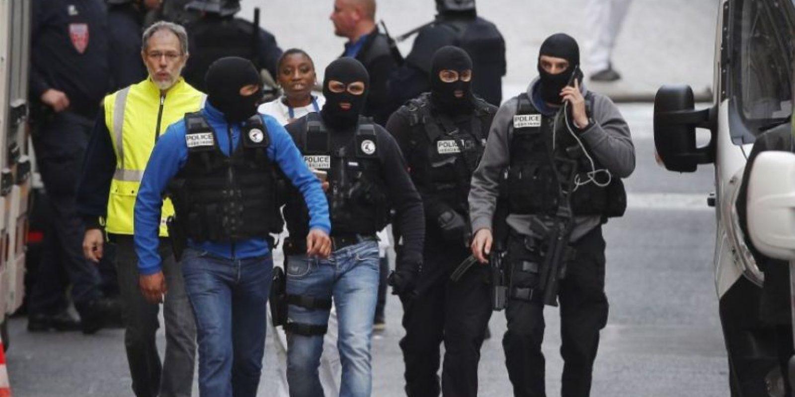 Hoy las autoridades francesas realizaron una redada en la comunidad Saint Denis, al norte de París. Foto:AP