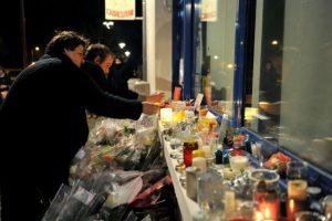 Los clientes del lugar encontraron la manera de refugiarse de los disparos que cesaban. Foto:AFP