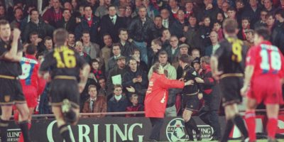 Eric Cantona soltó una patada a una aficiondo del Crystal Palace Foto:Getty