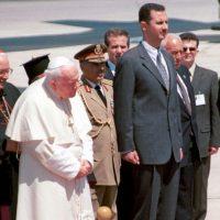 1. Mayo de 2001, el presidente Bashar Al Assad daba la bienvenida al Papa Juan Pablo II Foto:Getty Images