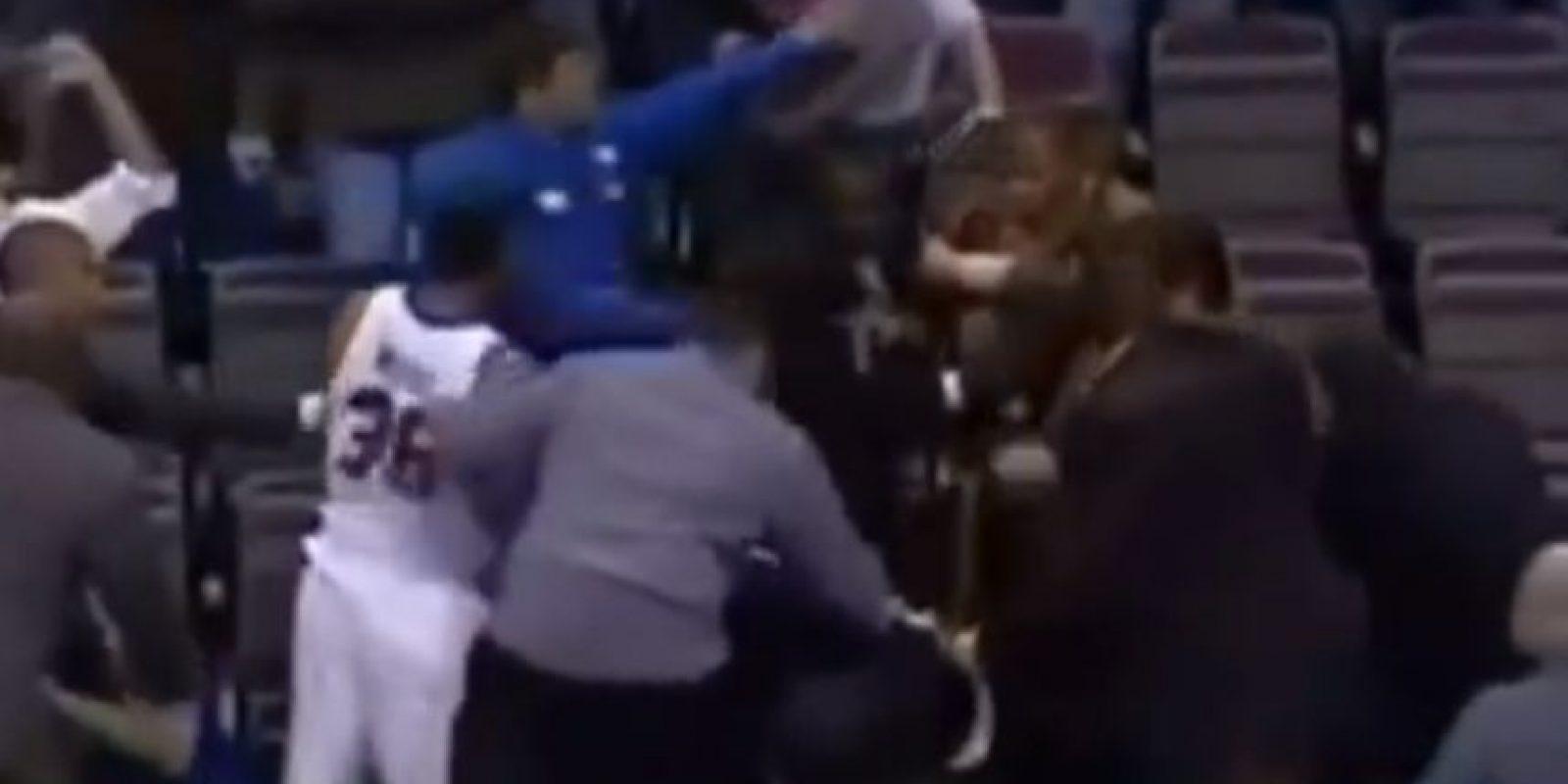 Ron Artest se molestó con un aficionado que le aventó refresco y subió a las tribunas a golpearlo Foto:Youtube: Televomero Sport