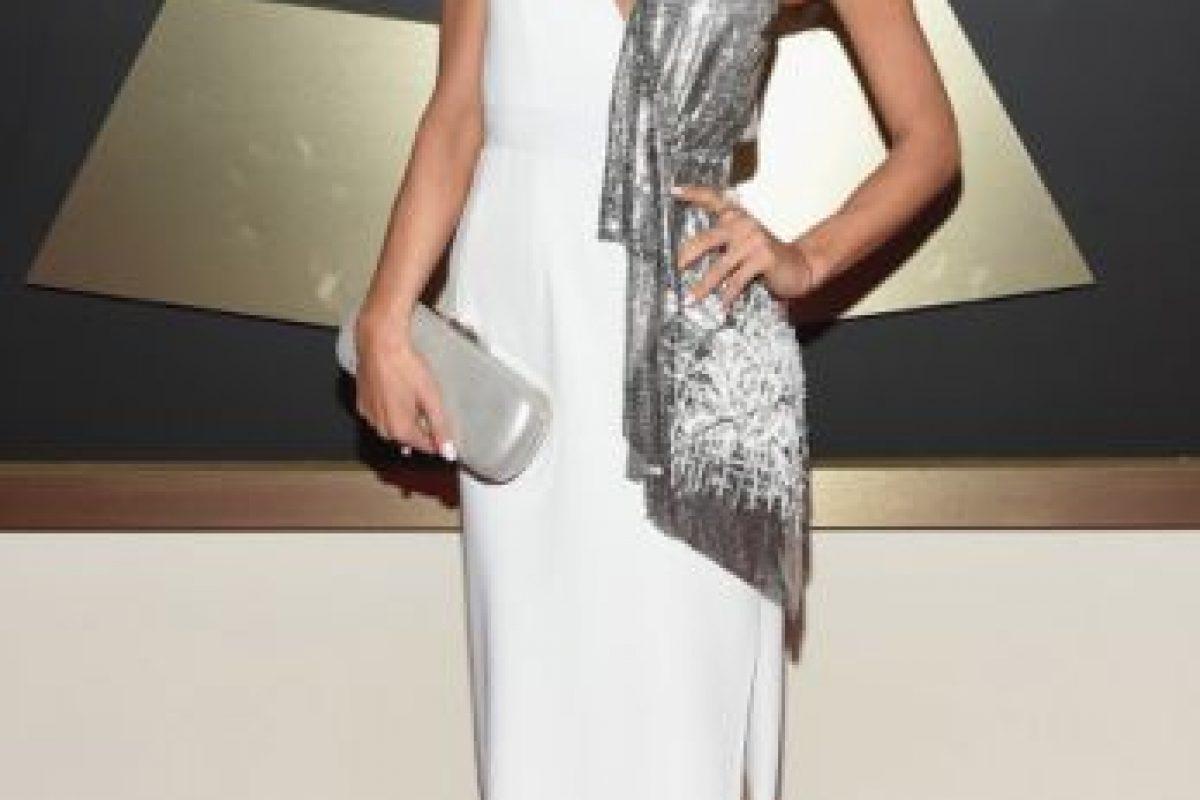La modista de la cuadra de Ariana Grande no supo dónde ponerle el pedazo de tela que le sobró del vestido de la fiesta drag anterior. Foto:vía Getty Images