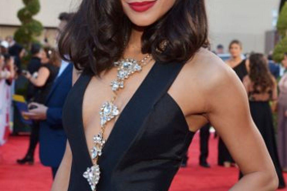 ¿Qué quería lograr Alejandra Espinoza con estas joyas? El escote queda recargado (exageradamente) con la joyería. Foto:vía Getty Images