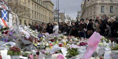 Decenas de personas muestran sus condolencias por los atentados en París. Foto:AFP