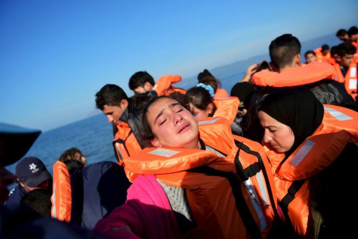 Una joven refugiada llora al llegar a la isla griega Lesbos. Foto:AFP