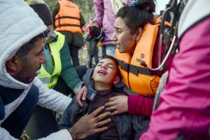 Mujer abraza a su hijo al culminar la travesía por el Mediterráneo para llegar a Grecia. Foto:AFP