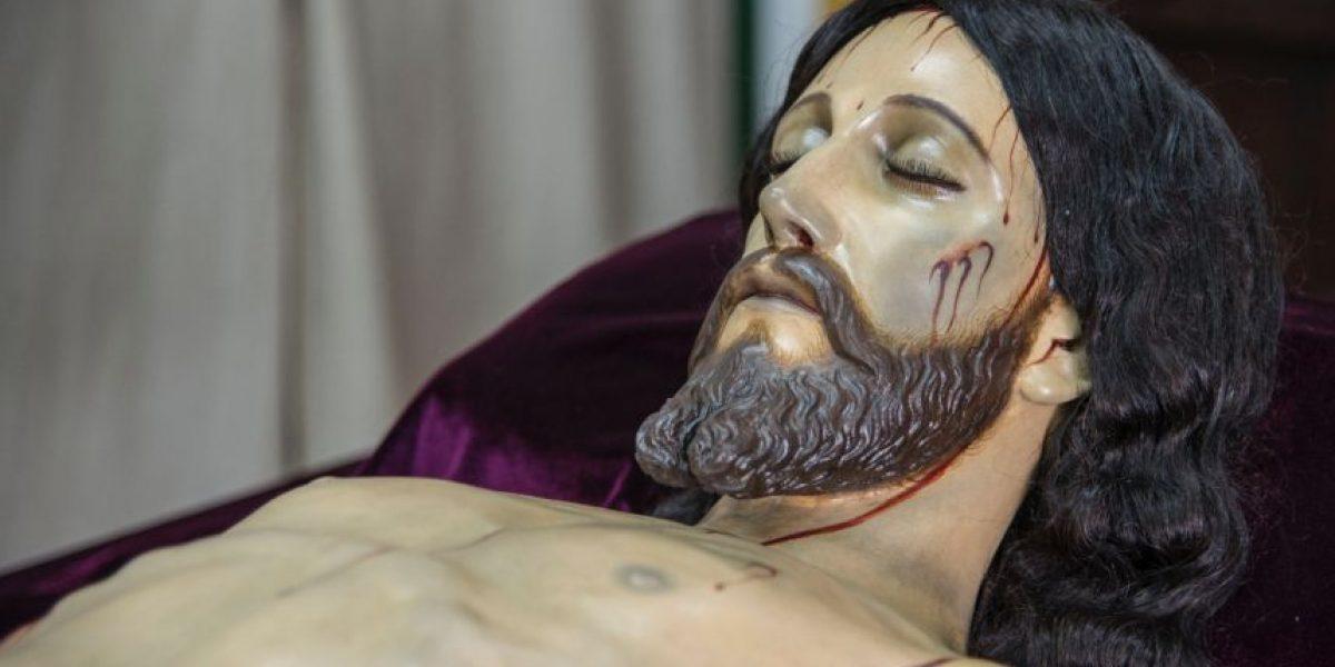 """""""Es él"""", el  Cristo yacente vuelve a su recinto, el Calvario"""