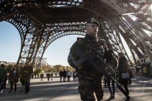 Policía vigila la seguridad en la torre Eiffel tras los atentados. Foto:Getty Images