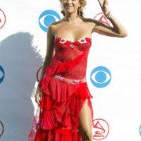 """Paulina Rubio en la categoría """"niños que no tuvieron la ayuda de sus padres para su disfraz"""". ¿Alguien entiende la mezcla de texturas informe, las dos banderitas japonesas en los pechos y la falda de bailaora de flamenco? Foto:vía Getty Images"""