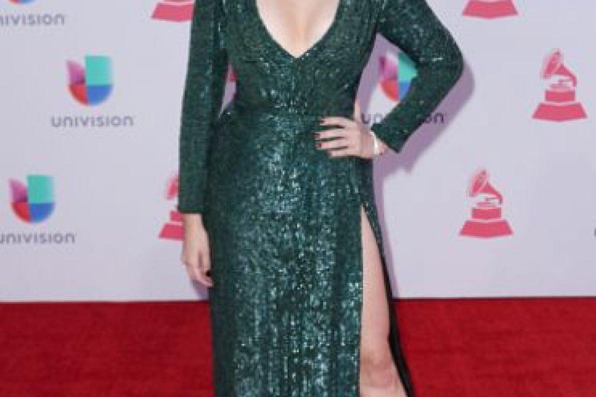 El problema con este vestido de Maity Interiano es que habría podido funcionar sin la apertura y tanto escote. Asimismo, el maquillaje es un desastre. Foto:vía Getty Images
