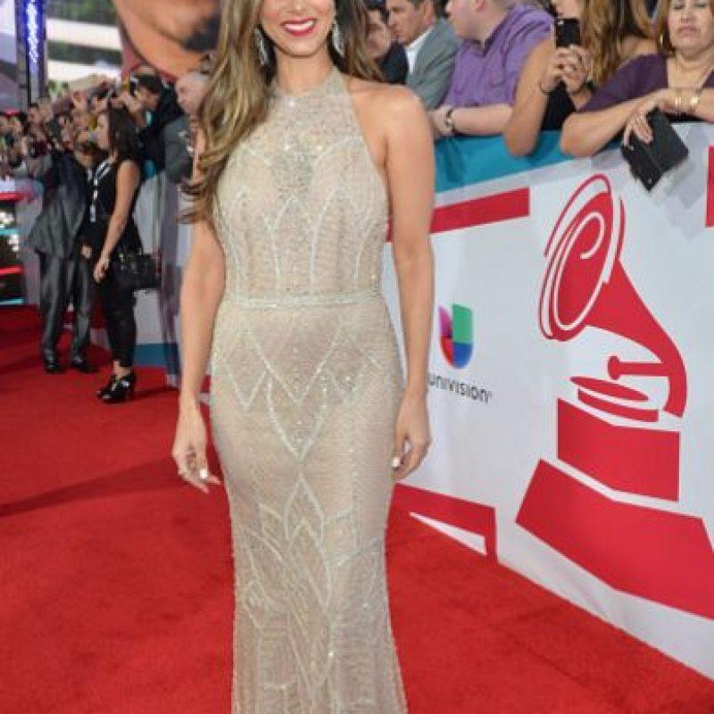 Rosalyn Sánchez vuelve con el típico vestido de brillantes, pero por lo menos logra verse sobria. Foto:vía Getty Images