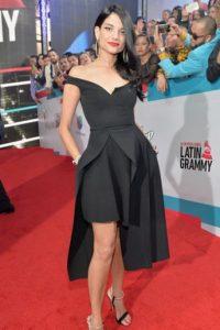 Lo único que no convence del vestido de Natalia Jiménez es el fitting en la cintura y un poco el estilismo. Por demás, se arriesgó, más allá de la trillada fórmula que se ve siempre en estos eventos. Foto:vía Getty Images
