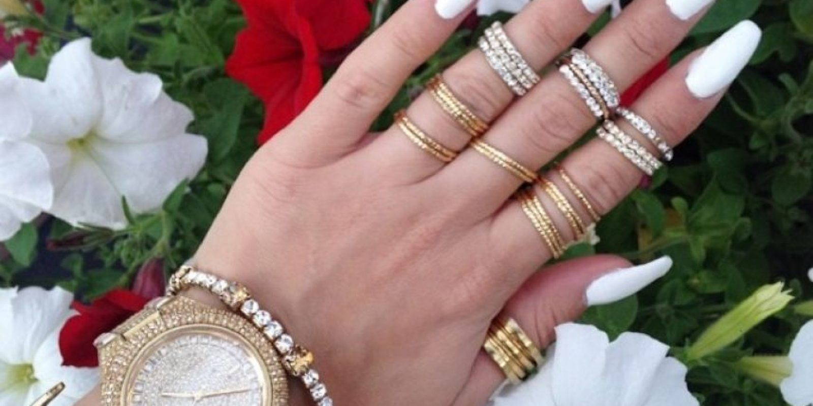 Se rodea de lujos y también lo muestra en sus redes sociales. Foto:Vía Instagram/@hellyluv