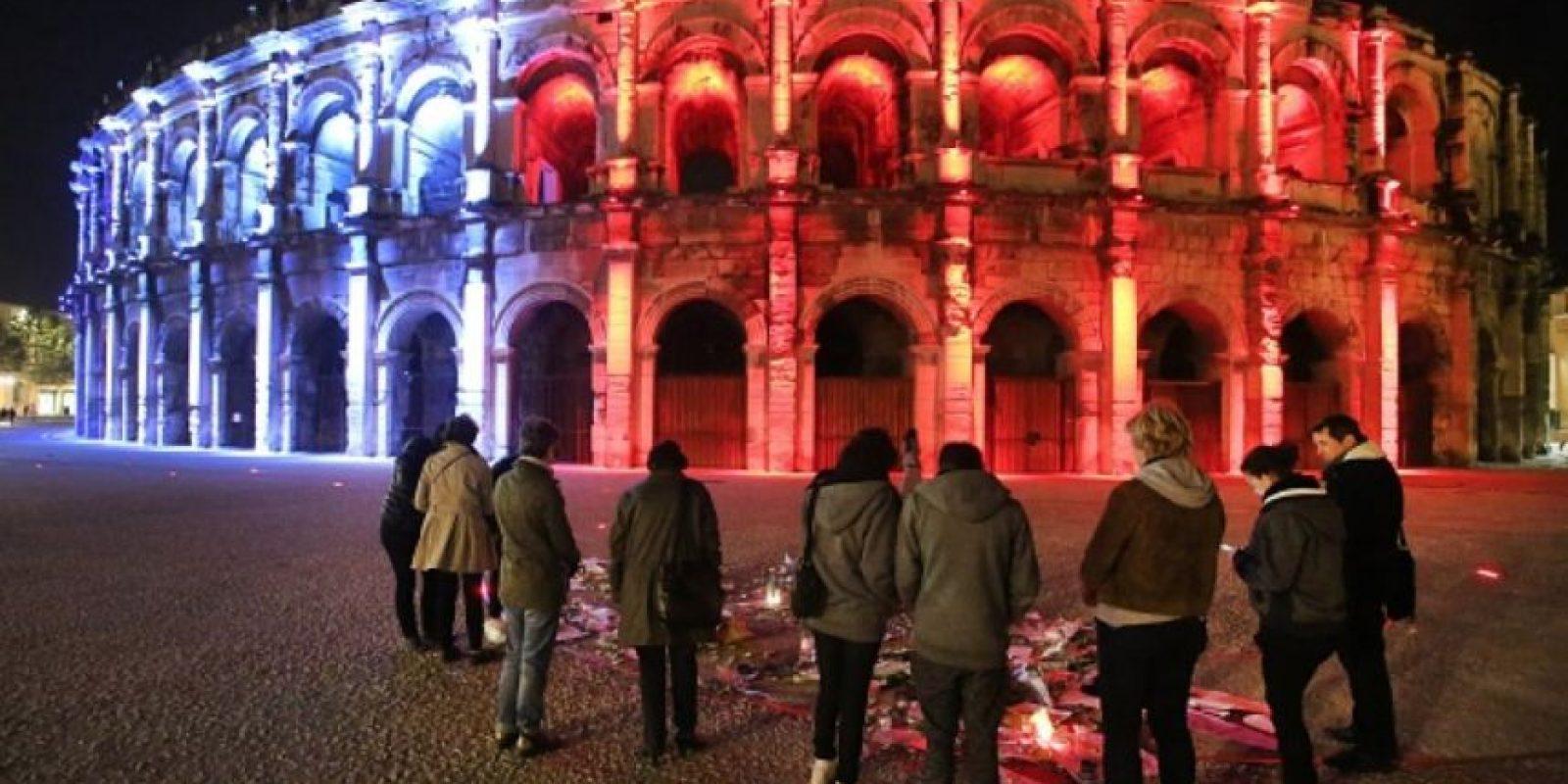 El Coliseo de Roma encendió las luces de la bandera de Francia. Foto:Getty Images