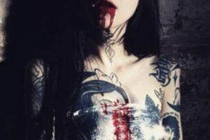 Grace decidió tatuar la mayor parte de su cuerpo, pero no solo eso: se inyecta tinta en la esclerótica del ojo (la parte blanca), moda que, según especialistas oftalmólogos, puede dañar gravemente la vista, incluso provocar pérdida de la visión. Foto:Vía Instagram/@graceneutral