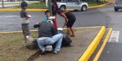 Este hombre les lleva el desayuno a los niños que piden dinero en la calle